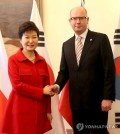 South Korean President Park Geun-hye, left, shakes hands with Czech Prime Minister Bohuslav Sobotka Thursday for talks on how to boost substantial cooperation. (Yonhap)