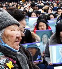 Gil Won-ok, front, and Lee Yong-soo, two victims of sexual slavery by Japan during World War II, listen to a speaker during the weekly rally in front of the Japanese Embassy in Seoul, Wednesday. (Korea Times photo by Choi Won-suk)