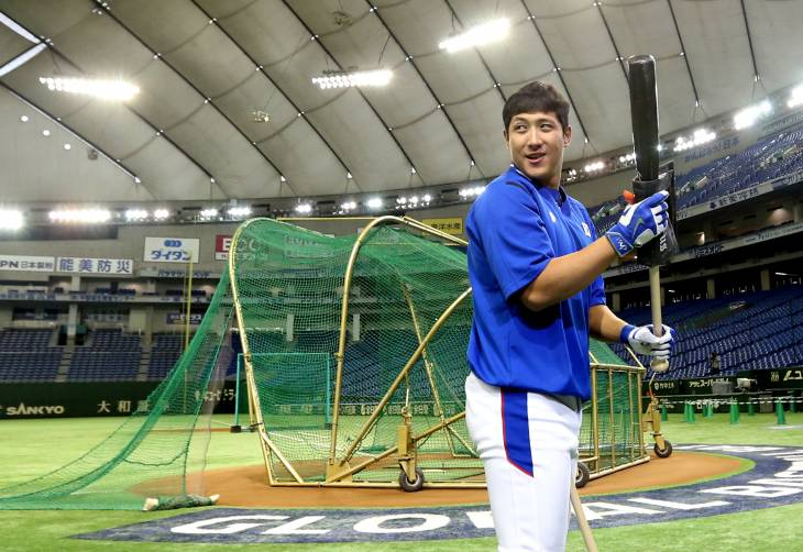 Hwang Jae-gyun of the Lotte Giants practices for the South Korean national team during the Premier 12 tournament in Tokyo on Nov. 20, 2015. (Yonhap file photo)