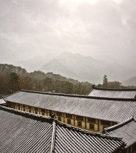The roofs of Beopbojeon and Sudarajang in Haeinsa Temple in Hapcheon, South Gyeongsang Province, photographed by Joo Myung-duck (Courtesy of Leeum)