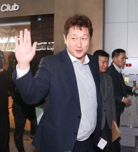 Free agent slugger Lee Dae-ho waves to photographers at Incheon International Airport on Dec. 7, 2015, as he leaves for the United States to attend Major League Baseball Winter Meetings. (Yonhap)