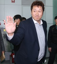 Free agent slugger Lee Dae-ho leaves for the United States at Incheon International Airport on Dec. 7, 2015, in pursuit of his first major league contract. (Yonhap)