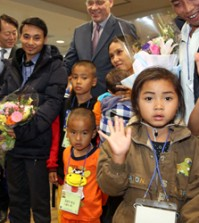 Refugees from Myanmar wave to reporters as they arrive at Incheon International Airport on Dec. 22, 2015 for resettlement. (Yonhap)