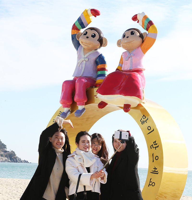 Visitors take selfies in front of a monkey statue at Haeundae Beach, Busan, Monday. The statue was erected ahead of 2016 which is the Year of the Monkey according to the Chinese zodiac. (Yonhap)