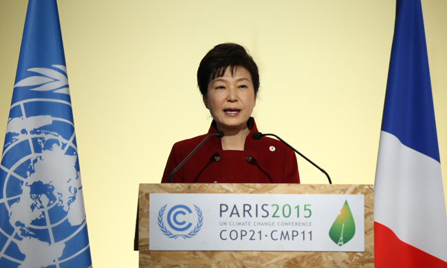 President Park Geun-hye delivers a speech at the COP21, United Nations Climate Change Conference, in Le Bourget, outside Paris, Monday. She vowed to create a 100 trillion won energy market that will hire 500,000 more by 2030. (Yonhap)