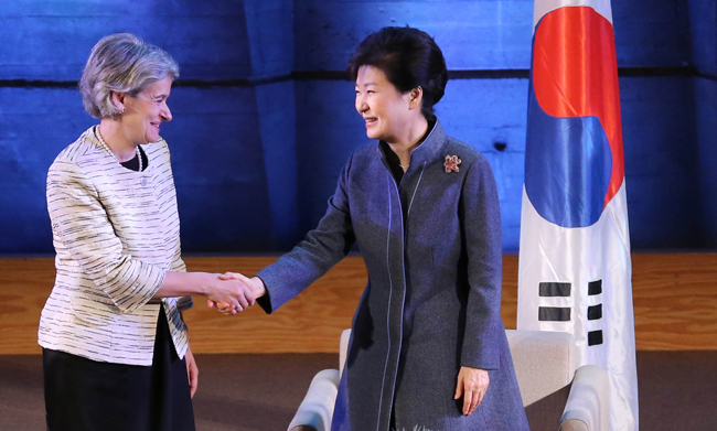 President Park Geun-hye shakes hands with UNESCO Director-General Irina Bokova during their meeting at its headquarters in Paris, Tuesday. (Yonhap)