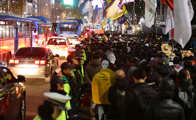 Protesters are marching along Daehangno from Seoul Plaza in Jongno-gu, central Seoul, Saturday. Jongno district saw heavy traffic congestion due to the protesters who marched on roads. (Yonhap)