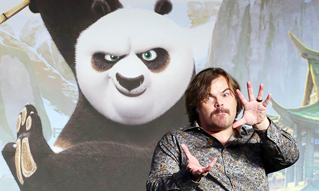 Actor Jack Black poses like Po, the main character in the Kung Fu Panda movie franchise, during a press conference held in Yeouido, Seoul, Thursday. (Yonhap)