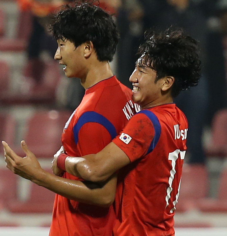 Kim Hyun, left, gets a hug from Yoo Soo-hyun after his header found back of the net. (Yonhap)