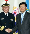Yoon Soon-ku, right, director-general at the Ministry of National Defense's international policy division, shakes hands with Chinese defense ministry's Foreign Affairs Office Director Rear-Adm. Guan Youfei during working-level defense talks between the two countries in Yongsan-gu, Seoul, Friday. (Yonhap)