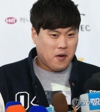 Ryu Hyun-jin of the Los Angeles Dodgers speaks to reporters at Incheon International Airport on Jan. 11, 2016. (Yonhap)