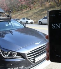 "An IT research team at Seoul National University shows off ""SNUber,"" an automated, driverless cab that can be hailed and maneuvered using a smartphone app, at university campus in Seoul on Nov. 4, 2015. The vehicle operates on a preloaded 3-D map, with cameras and sensors detecting surroundings up to 80 meters in front and back. (Yonhap)"