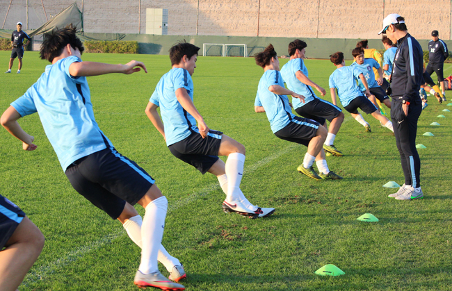 National under-23 football team members train at Jebel Ali Shooting Club, Dubai, on Dec. 31. The squad will compete in the Asian Under-23 Championship, which will be a qualifier for the 2016 Rio Olympics, in January. (Yonhap)
