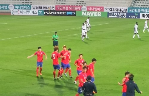 South Korean players celebrate after scoring their first goal at the 15 minute mark. (Yonhap)