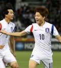 South Korean midfielder Ryu Seung-woo (R) celebrates his goal against Qatar in the semifinals of the Asian Football Confederation U-23 Championship in Doha on Jan 26, 2016. (Yonhap)