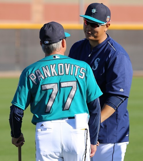 Lee Dae-ho, a South Korean slugger who signed a minor league deal with the Seattle Mariners, chats with team coach Jim Pankovits during practice in Peoria, Arizona, on Feb. 22, 2016 (local time). Lee, 33, brushed aside the option of returning to Asia and said his full focus is on making it to the big leagues. (Yonhap)
