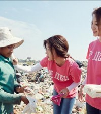 Girl's Day members volunteering in Cambodia (Photo courtesy of DreamT Entertainment) (Yonhap)