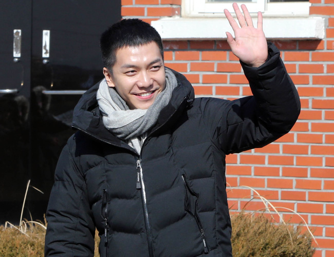 "Singer-actor Lee Seung-gi waves to his fans who have gathered at a boot camp in Nonsan, south of Seoul, to see him off as he begins his mandatory military service on Feb. 1, 2016. The 29-year-old celebrity marked his enlistment by releasing a single titled ""I Am Joining the Military"" on Jan. 21. (Yonhap)"