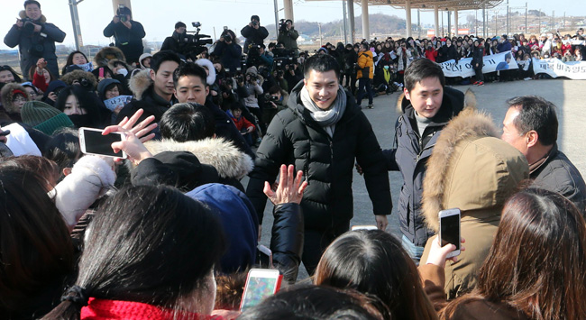 Hundreds of fans came to Korea Army Training Center in Monday morning to see the star starting his mandatory military service.