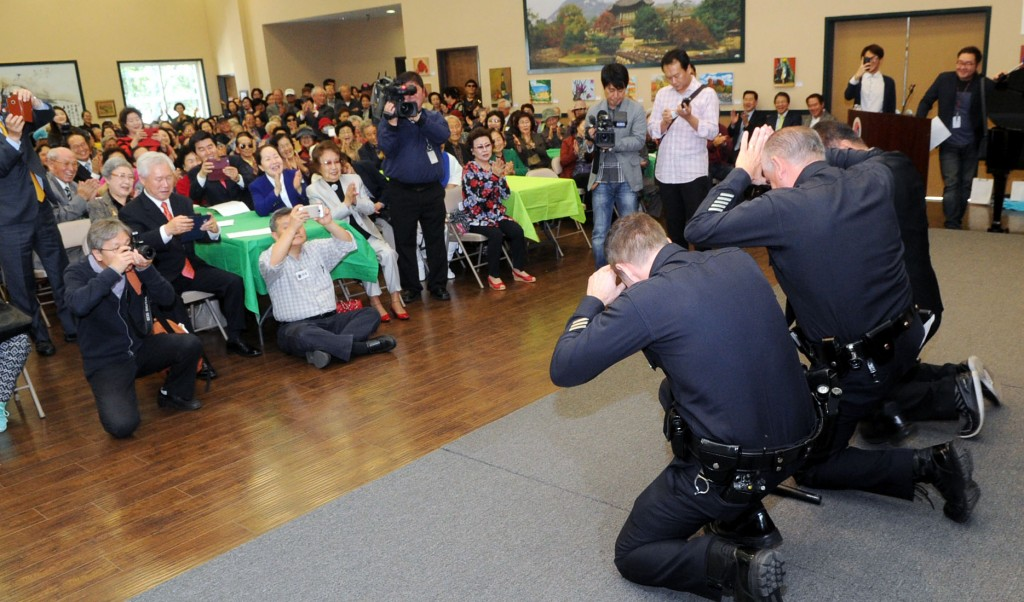 Captain Vito Palazzolo, right, and Lieutenant Timothy Nordquist, front, from the Los Angeles Police Department participates in a Korean traditional event for the Lunar New Year – sebae (Deep traditional bow) – staged at the Koreatown Senior and Community Center on Feb. 8 to wish the elders happy new year and long life. About 350 people attended the event sponsored by Wilshire Bank (Korea Times / Park Sang-hyuk)