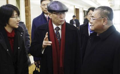 Wu Dawei, middle, China's representative for Korean Peninsula Affairs, talks to Pak Song-il, deputy director of the America department at the North Korean Foreign Ministry, upon his arrival at Pyongyang Airport, North Korea, Tuesday. The visit of Wu, China's point man on North Korea, comes amid a flurry of diplomacy following North Korea's fourth nuclear test on Jan. 6. North Korea says it successfully tested its first hydrogen bomb. ( Yonhap)