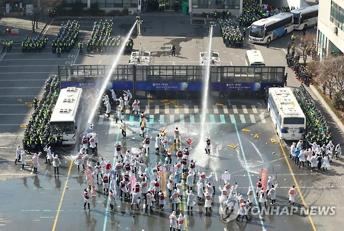 The fast response unit of the Seoul Metropolitan Police Agency trains against riots at a command inspection in Seoul on Feb. 23, 2016, testing their preparedness against violent protests, road occupation and other scenarios. (Yonhap)