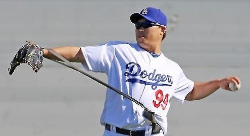 Ryu Hyun-jin of the Los Angeles Dodgers gets ready for long-toss  during spring training in Glendale, Arizona, on Feb. 25, 2016. (Yonhap)