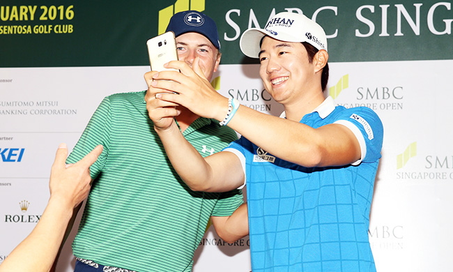 Song Young-han, right, takes a selfie with Jordan Spieth after winning the SMBC Singapore Open held at the Serapong Golf course in Sentosa, Singapore. Monday. ( Yonhap)