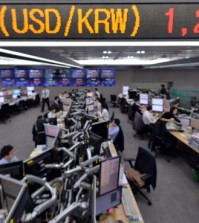 Foreign exchange dealers watch monitors at KEB Hana Bank in Seoul, Friday, when the won extended its decline to close at 1,234.4 won against the U.S. dollar, the lowest level since June 11, 2010. The Bank of Korea said Friday it will take every measure to prevent the won from fluctuating further against the dollar. (Korea Times photo by Seo Jae-hoon)