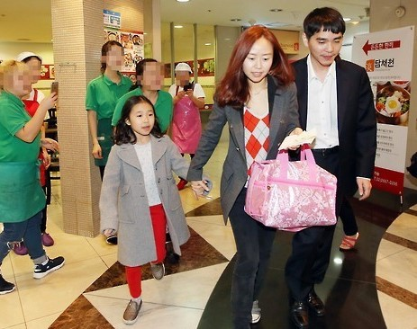 South Korean Go master Lee Se-dol, right, and his family head to a boarding gate at Gimpo International Airport in western Seoul on March 16, 2016, to board a Jeju-bound plane for a family trip on the southernmost resort island. Lee concluded his landmark, five-match showdown with Google's artificial intelligence system AlphaGo with a 4-1 loss the previous day. (Yonhap)