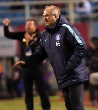 South Korean national football team head coach Uli Stielike speaks to players during a second round Asian qualifying match for the 2018 FIFA World Cup against Lebanon at Ansan Wa Stadium in Ansan, south of Seoul, on March 24, 2016. (Yonhap)