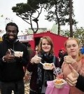 Foreign tourists give thumbs up to South Korean food in Jeonju. (Yonhap file photo)
