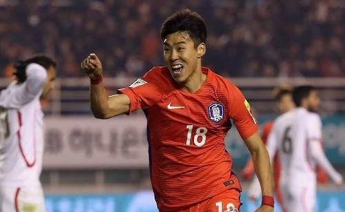 South Korean forward Lee Jeong-hyeop celebrates his goal against Lebanon in the countries' World Cup qualifying match at Ansan Wa Stadium in Ansan, Gyeonggi Province, on March 24, 2016. (Yonhap)