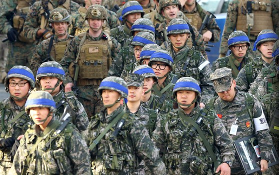 South Korean and U.S. marines depart a South Korean marine base in the eastern coastal city of Pohang to participate in a joint landing drill that started on March 7, 2016, as part of joint military exercises that will run through April 30. (Yonhap)
