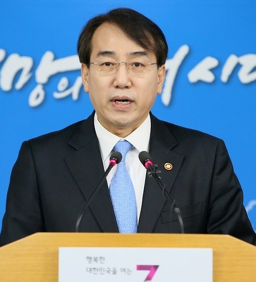 Lee Suk-joon, chief of the Office for Government Policy Coordination, holds a press conference at the government complex in Seoul on March 8, 2016, to announce South Korea's own fresh sanctions on North Korea. Under the punitive measures, 38 North Korean officials and two foreigners, as well as 30 organizations, including 24 based in Pyongyang, have been barred from trading with South Korean companies and financial institutions. (Yonhap)