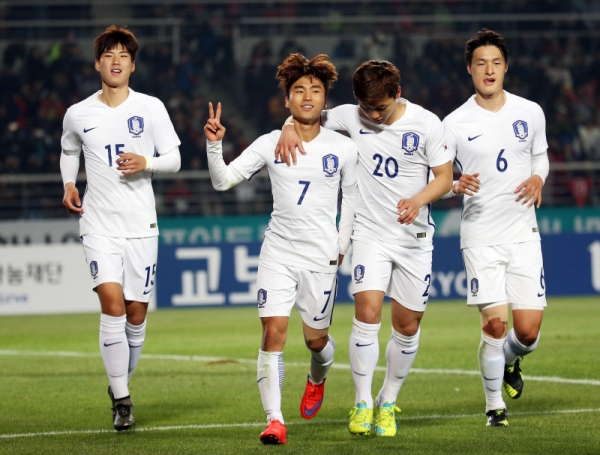 South Korean Olympic football team players celebrate after Moon Chang-jin (7) scored the team's third goal against Algeria during their friendly match at Goyang Complex Stadium in Goyang, north of Seoul, on March 28, 2016. (Yonhap)