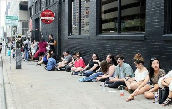 Fans wait outside the venue of K-pop's Night Out at the South by Southwest music festival on March 17, 2016 in Austin, Texas. (Yonhap)