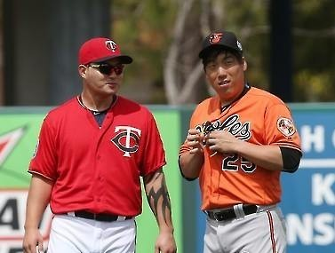 Perhaps Kim Hyun-soo, right, should have taken the day off on Monday just like Park Byung-ho. (Yonhap)