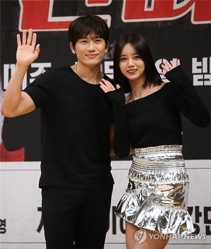 "Actor Ji Sung (L) and singer Hyeri at the press conference promoting their upcoming TV series ""Entertainer"" on April 19, 2016. (Yonhap)"