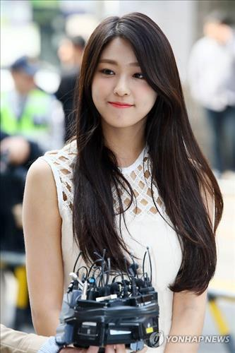 Seol Hyun of the girl group AOA, an honorary ambassador for the April 13 elections, speaks to reporters after casting her ballot in early voting on April 8, 2016.