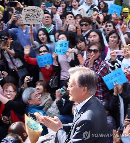 Former chairman of the Minjoo Party Moon Jae-in at a rally in Gwangju on April 8, 2016.