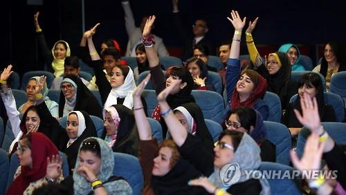 Iranians join in a screening event of popular Korean TV series at the Milad Tower in Tehran, Iran on May 2, 2016. (Yonhap)