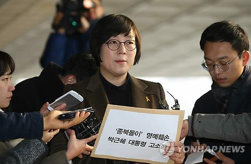 In this photo taken on Dec. 22, 2014, Hwang Sun answers reporters' questions at the Seoul Central District Prosecutors' Office in southern Seoul before filing a complaint with the state prosecutors to investigate President Park Geun-hye over libel charges.