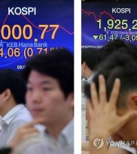 In this photo taken on June 24, 2016, in KEB Hana Bank's dealing room, traders handle foreign exchanges while the Brexit decision roils the local stock and curency markets. (Yonhap)