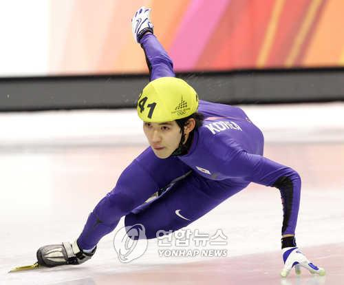 This file photo taken on Feb. 16, 2006, shows late South Korean short track speed skater Oh Se-jong compete in the semifinals of the men's 5,000m relay at the Turin Winter Olympics in Turin, Italy. (Yonhap)