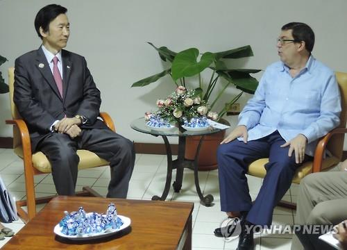 South Korean Foreign Minister Yun Byung-se (L) and his Cuban counterpart, Bruno Rodriguez, hold talks at the Palacio de Convenciones in Havana, Cuba, on June 5, 2016, in this photo provided by the ministry's Joint Press Corps.