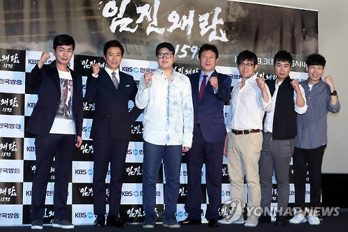"""Producer Kim Han-sol (3rd from L), actor Choi Soo-jong (2nd from L), actor Kim Eung-soo (C) and other members of the cast pose for a photo during a press conference promoting """"1592 War"""" at a cinema in central Seoul on Sept. 1, 2016."""