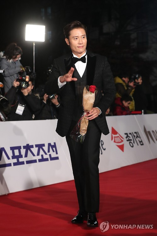 Actor Lee Byung-hun walks on the red carpet during the 2016 Blue Dragon Awards ceremony at Kyunghee University in eastern Seoul on Nov. 25, 2016.