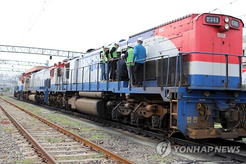 On-the-job training for substitute workers is under way at a rail yard in Busan on Oct. 26, 2016, when the ongoing strike by unionized railway workers marked its 30th day, the longest-ever in railway strike history.