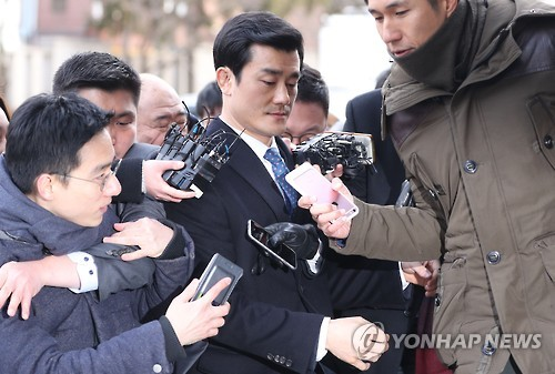 Lee Young-sun (C) is surrounded by reporters as he arrives at the Constitutional Court in Seoul on Jan. 12, 2017.